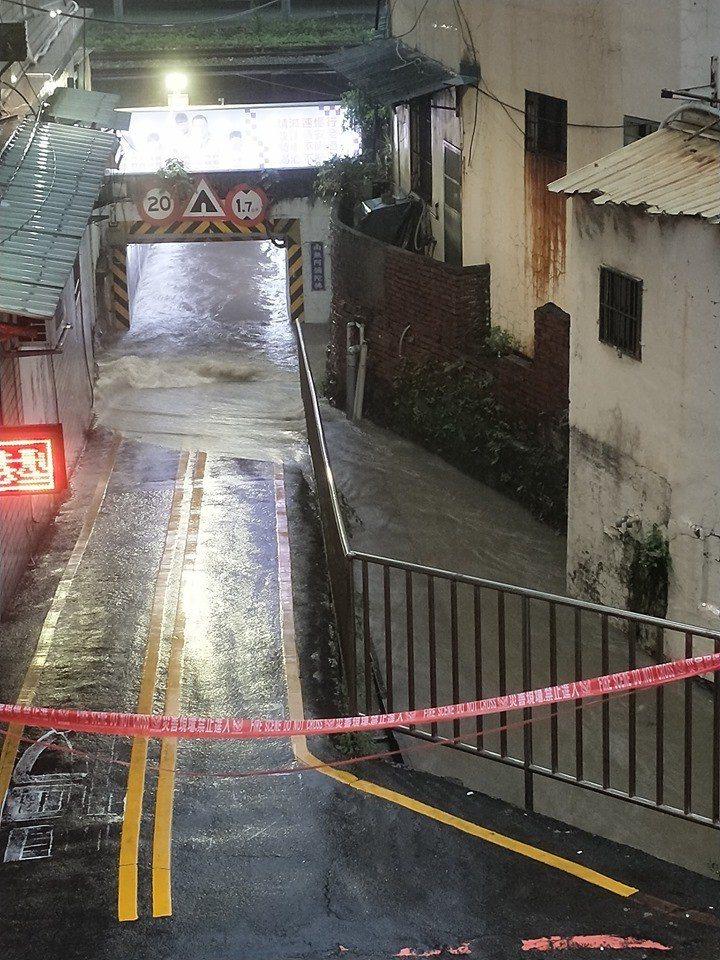 竹蓮街地下道已淹水。圖擷自新竹大小事
