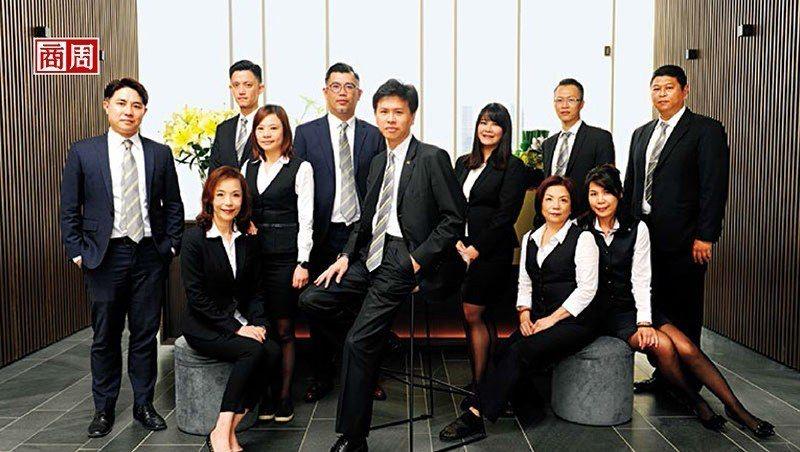 信義代銷總經理李少康(中)透露,掌握高達3萬筆、身價超過1.5億元的顧客資料,將...