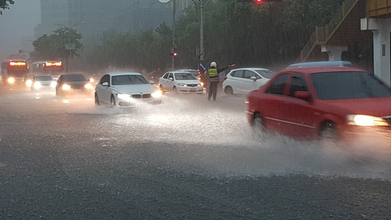 斜坡變瀑布!新竹豪雨傳多處淹水 網友哀嚎:上班遲到了