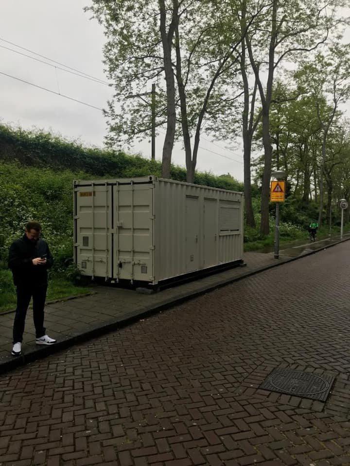 英國遊客到荷蘭阿姆斯特丹玩,花了100英鎊卻訂到一個貨櫃。圖擷自臉書