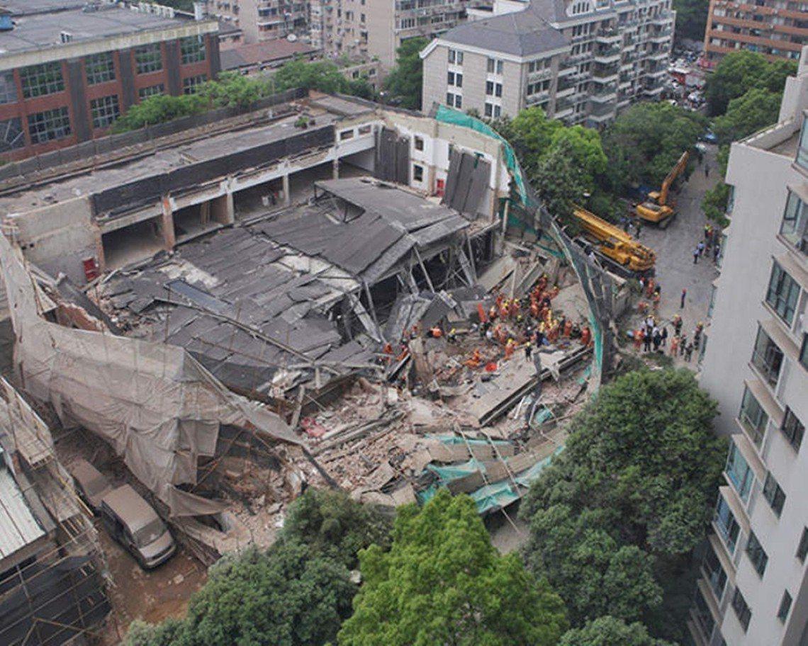 「罔顧人命趕工,施工單位不用負責?」輿論矛頭紛紛指向負責施工的上海光敏建築,但就...