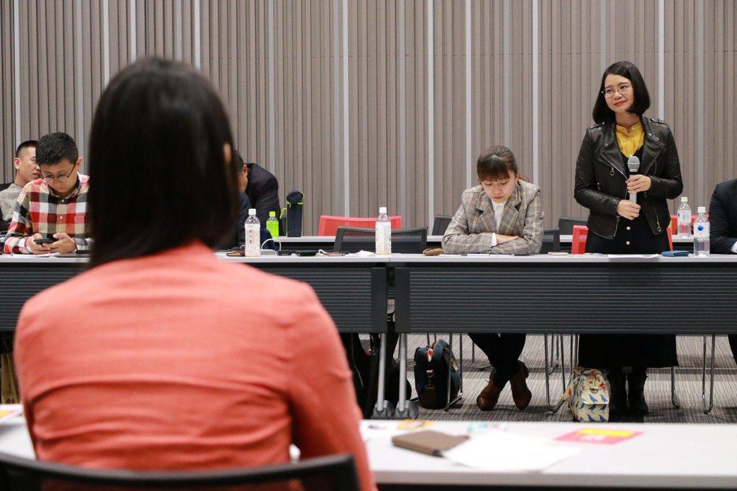 黃郁芬(右)日前前往日本東京參加LGBT座談交流,但在入境日本時遭到海關個別審查。 圖/取自黃郁芬臉書