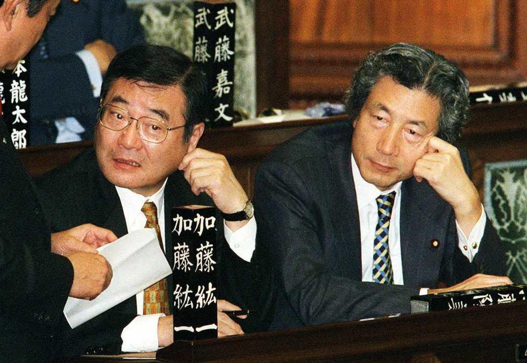 1991年為了對抗掌握權力的竹下派,小泉與山崎拓、加藤紘一(左)等青壯派議員,共...