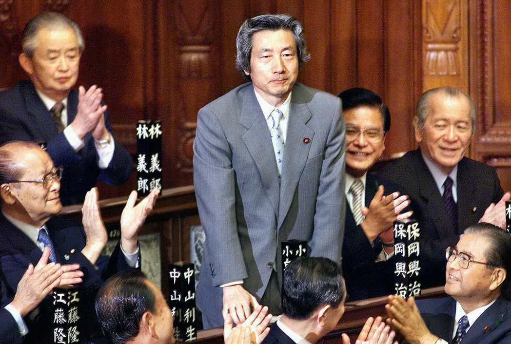 小泉當上首相之後便展開許多耳目一新的施政,最有名的就是「改造特殊公團」,但也因此...