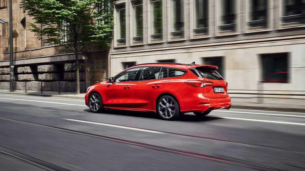 全新的6速手排齒比綿密,並附有降檔補油功能。 摘自Ford