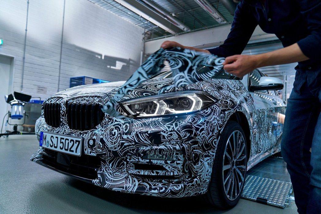 新世代BMW 1 Series漸漸褪去他的偽裝衣了。 摘自BMW
