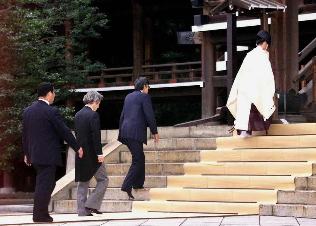 「致敬為國捐軀的英靈是理所當然的!」圖為小泉上任後不久,2001年8月13日終戰...
