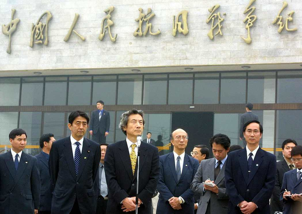 靖國神社爭議後兩個月,2001年10月8日小泉純一郎率內閣成員訪問中國,並且在盧...