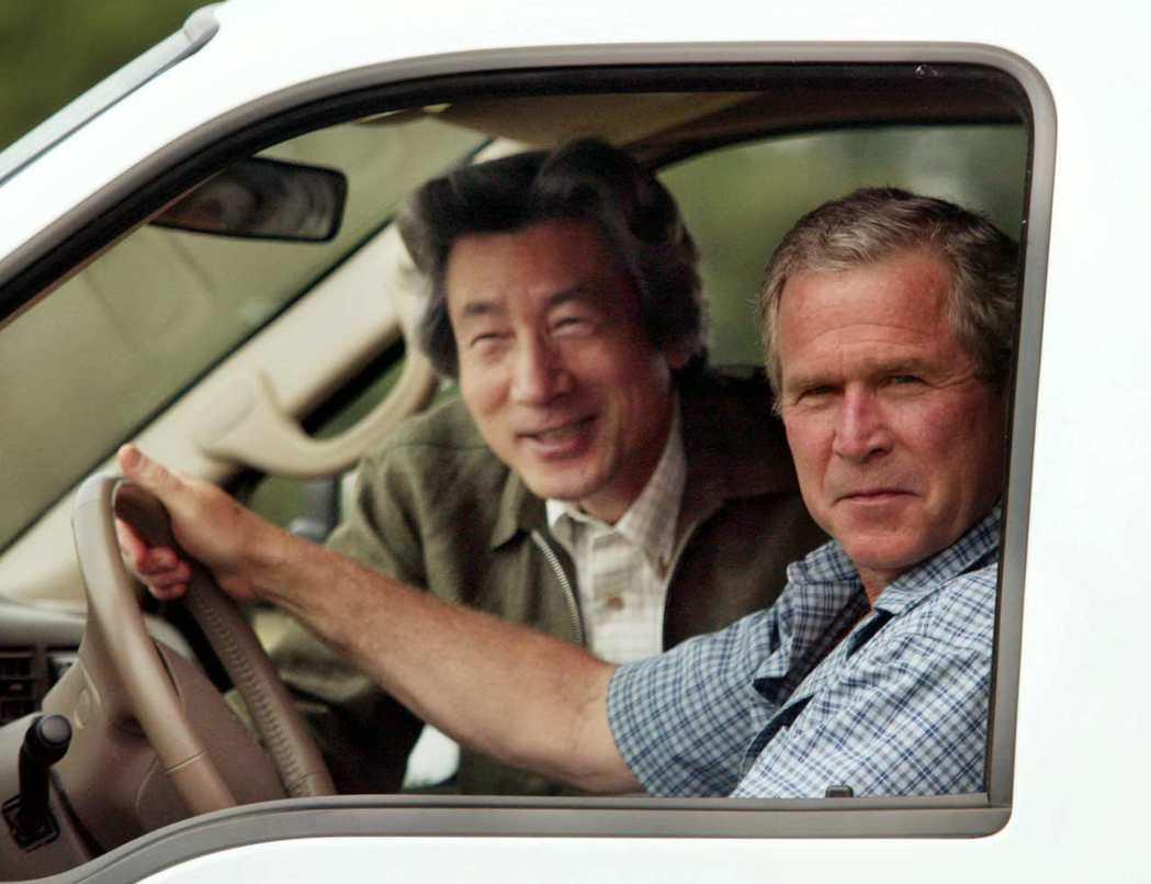 2003年5月,小泉純一郎訪問美國,與時任總統小布希會面,兩人的政治交情親密。當...