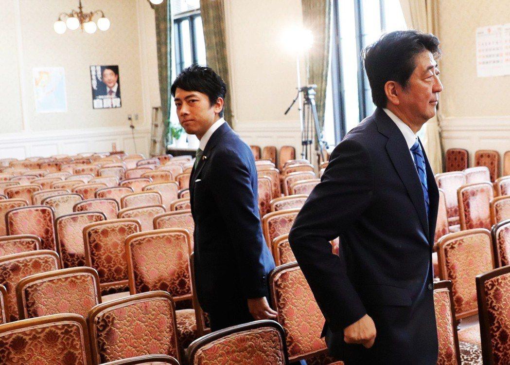 連任四屆眾議員的小泉進次郎(左),已是自民黨的政治明星,雖然仍有資歷不足、沒有派...