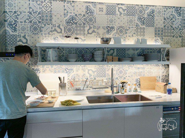 圖/早上小管家會幫忙準備早餐。擷取自餘光 台南漁光島民宿