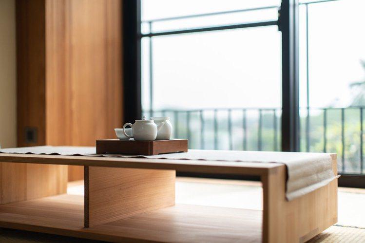 圖/喜歡獨處的旅人,望向窗外品茶,讓人感到放鬆。擷取自餘光 台南漁光島民宿