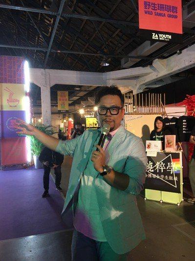 被喻為「最不乖」的雜學校創辦人蘇仰志,為現場觀眾導覽。(劉嫈楓攝影)