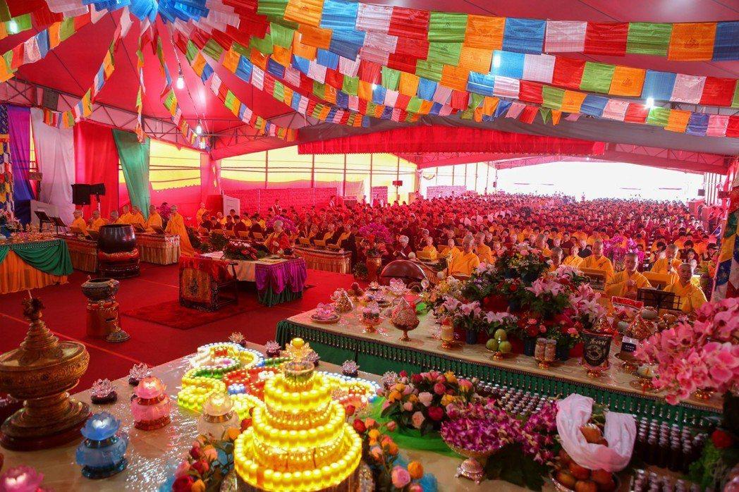 來自世界各地弟子參加覺行寺寺地法會場面莊嚴。
