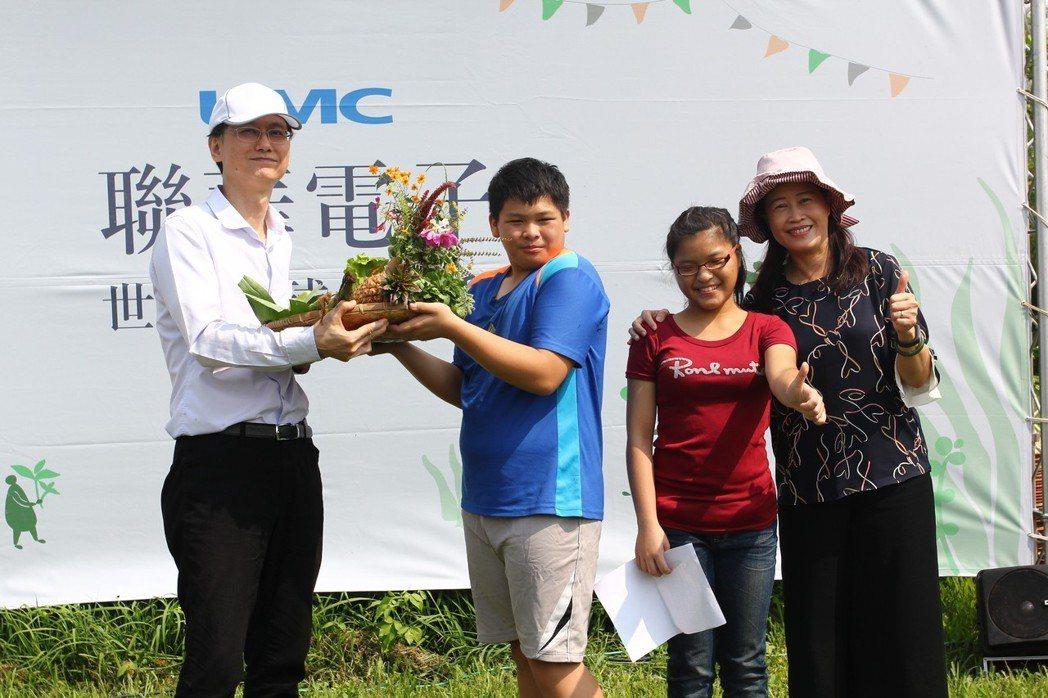 聯電總經理簡山傑(左)將食物森林生產的農作物,致贈新竹特殊教育學校,做為供餐食材...