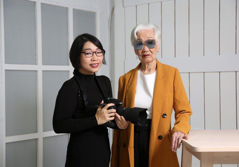 連美恩(左)和外婆郝雲娟(右)。 攝影 / 陳之俊