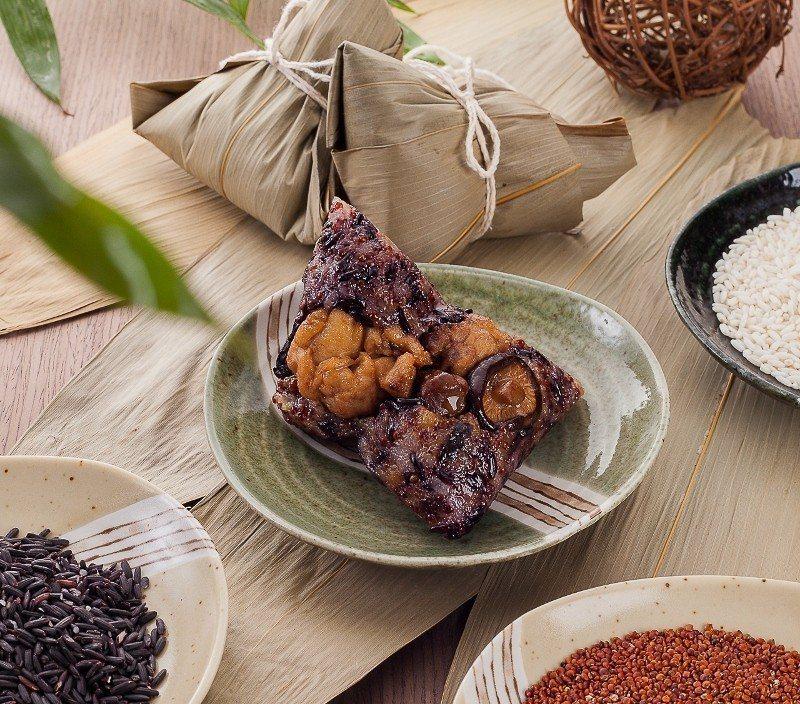 紅藜野菌鮮雞粽,使用養生新寵兒「紅藜」加入其中,搭配雞肉、牛肝菌、巴西蘑菇與鈕扣...