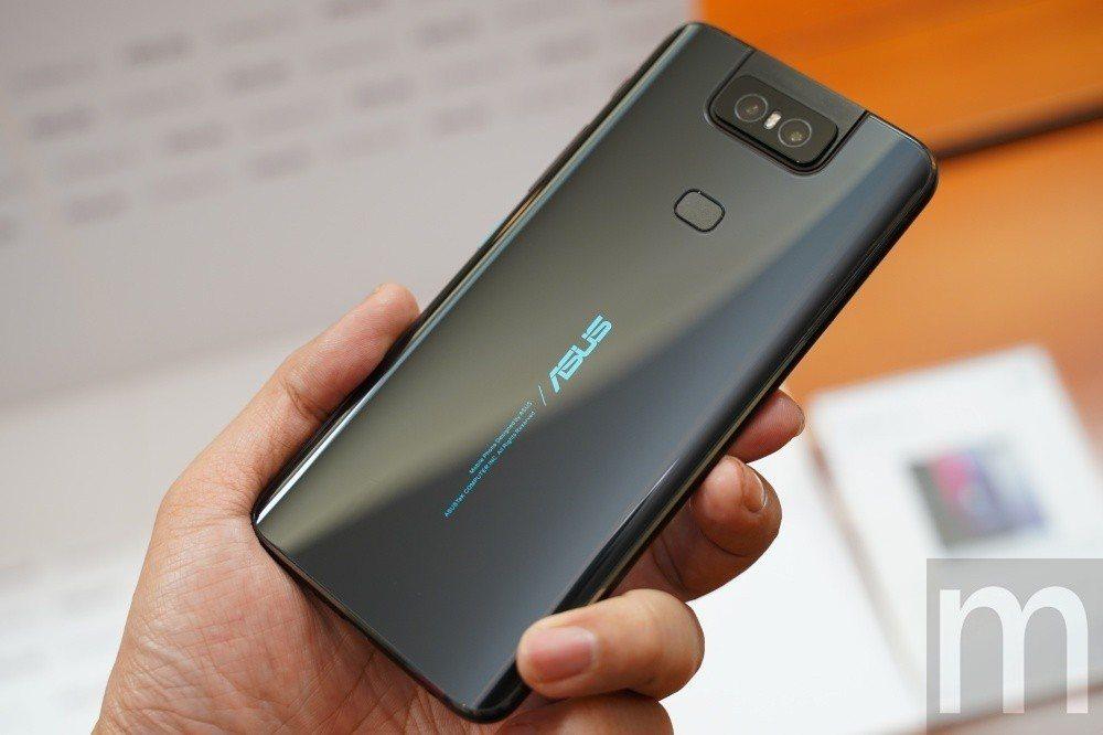 華碩採可180度上掀翻轉鏡頭設計的ZenFone 6