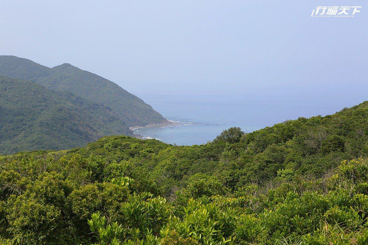 從旭海草原遠眺牡丹灣。