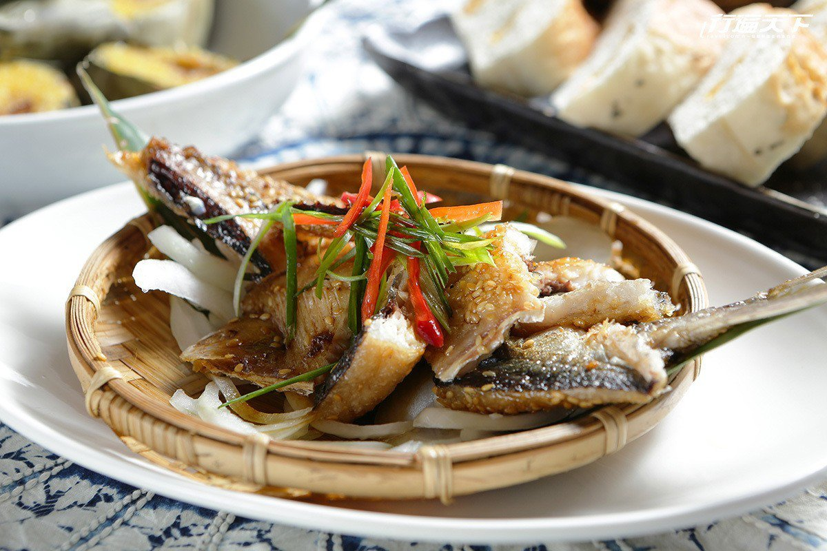 飛魚一夜干是這個季節的主打餐點。