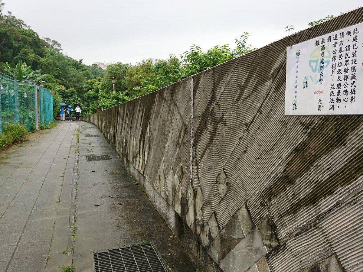 汐止內溝溪賞螢步道口,意象彩繪只做了一小段,市議員廖先翔會勘,希望牆面彩繪可以再...