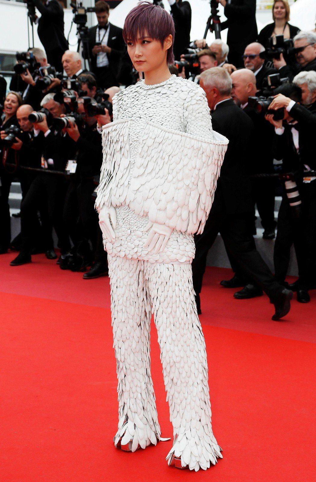 李宇春現身坎城紅地毯,服裝設計極為特別。(路透)