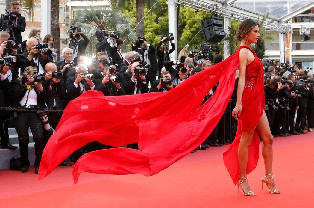 亞莉珊卓安布羅休的紅禮服迎風搖擺,畫面美不勝收。(路透)