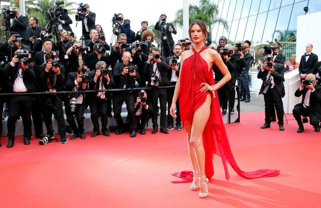 超級名模亞莉珊卓安布羅休向來是紅毯上的寵兒,儀態風情萬千。(路透)