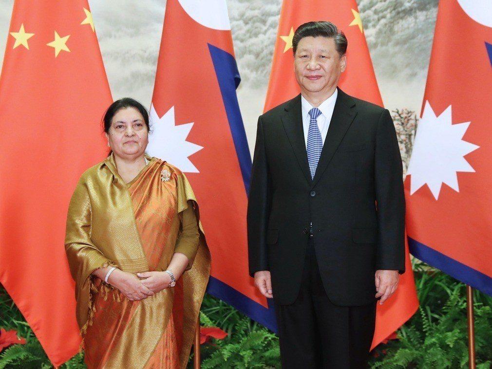 圖為尼泊爾總統班達里(左)與大陸國家主席習近平合影。新華社資料照
