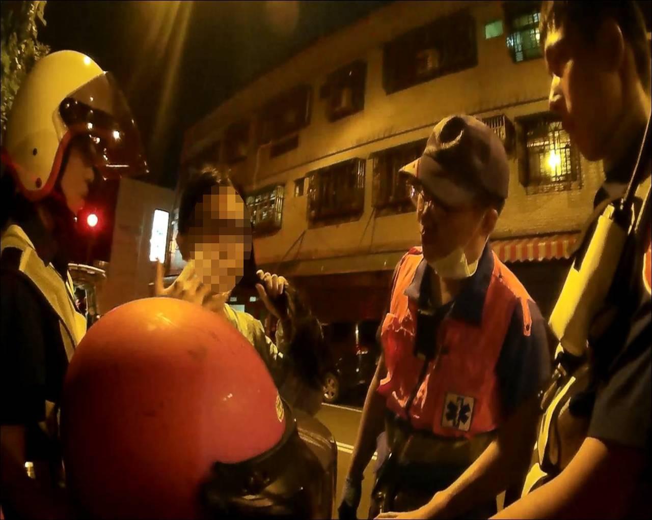 27歲的洪姓女子於16日晚間因騎車闖紅燈遭巡邏員警攔下,員警開單過程中,洪女突然...