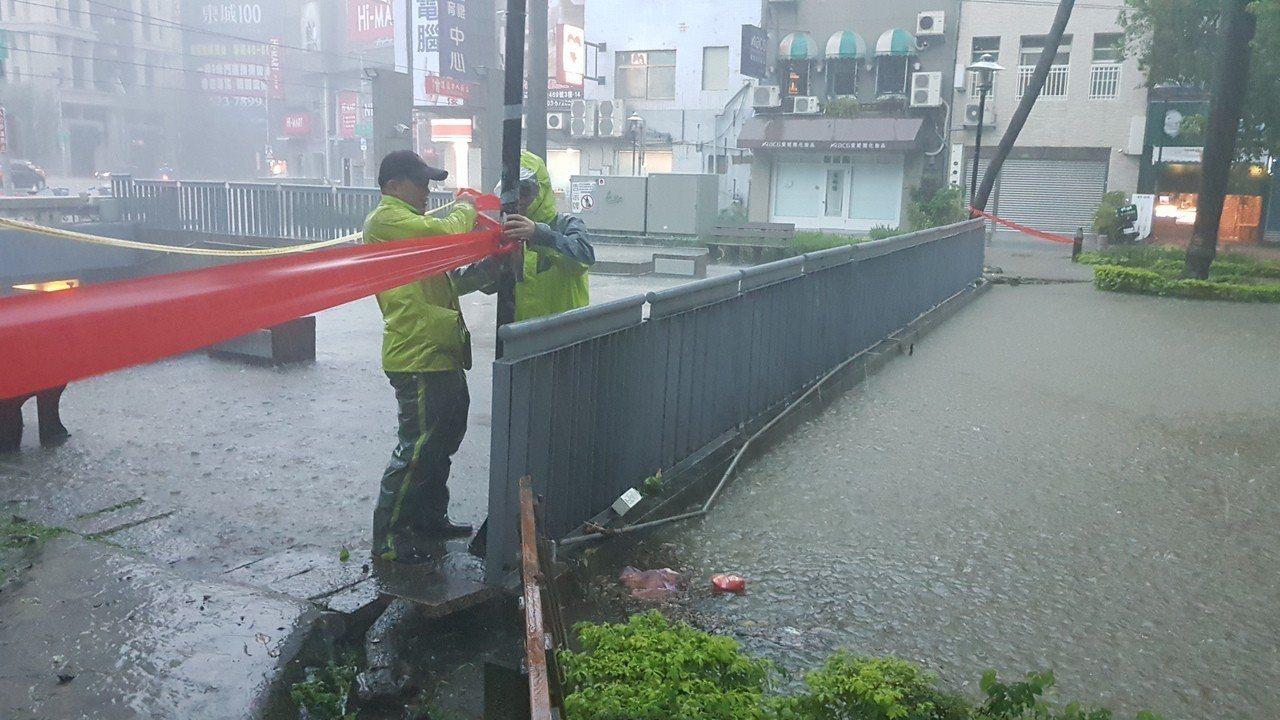 影/大雷雨竹市封閉9地下道 護城河水淹周邊道路