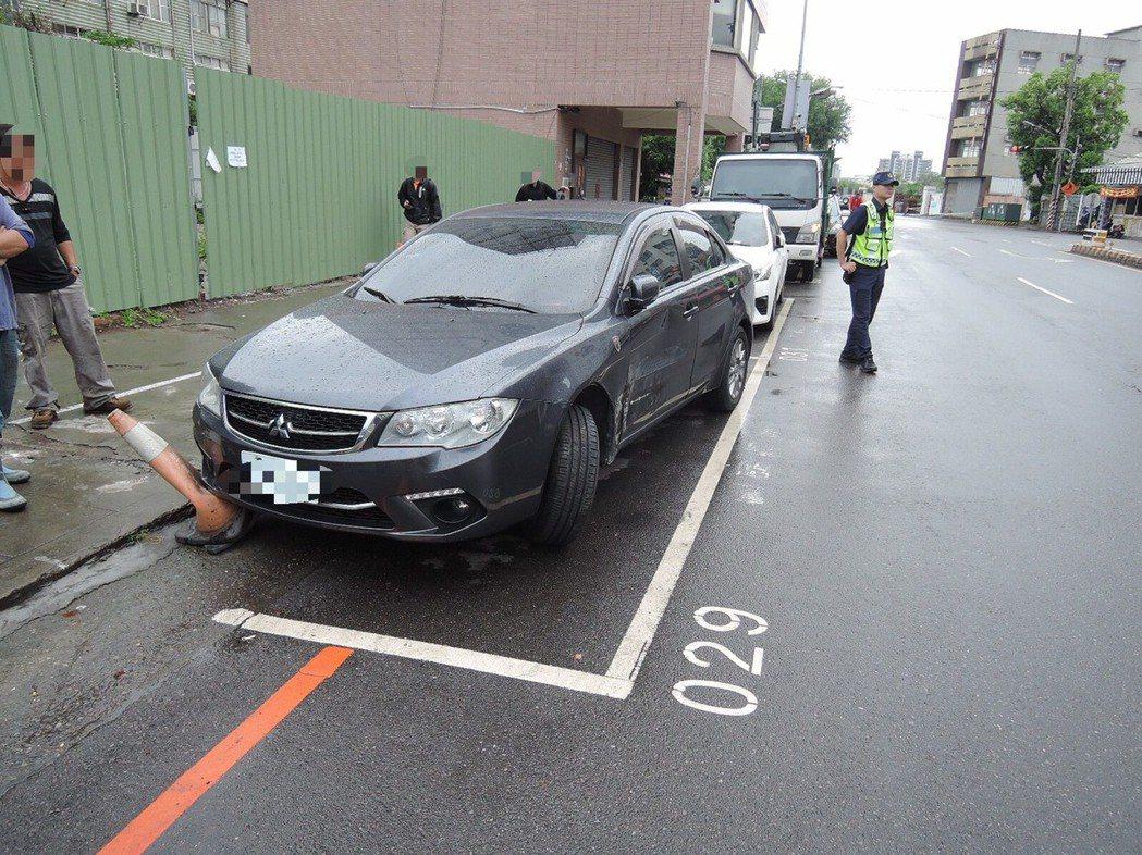 劉女灰色轎車左側板金車身嚴重凹陷、輪胎偏斜,整輛車無法駕駛。記者林佩均/翻攝