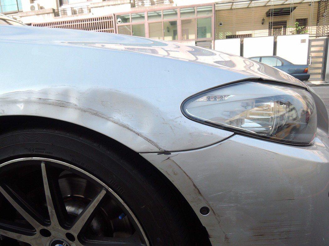 陳男BMW銀色轎車只有右前保險桿板金輕微刮傷車損,還可以駕駛。記者林佩均/翻攝