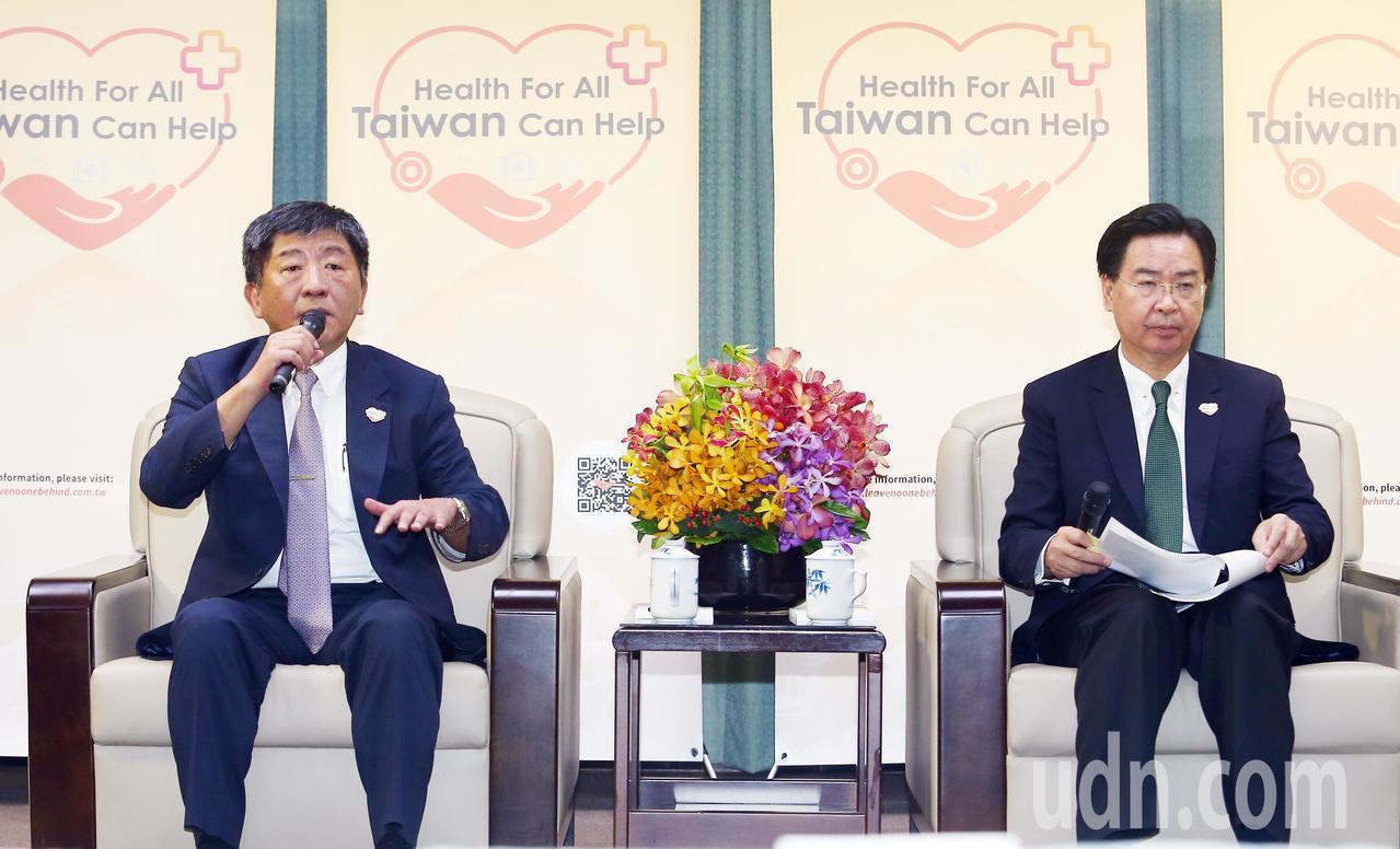 衛福部長陳時中(左)與外交部長吳釗燮(右)一同在外交部召開記者會,向中外媒體說明...
