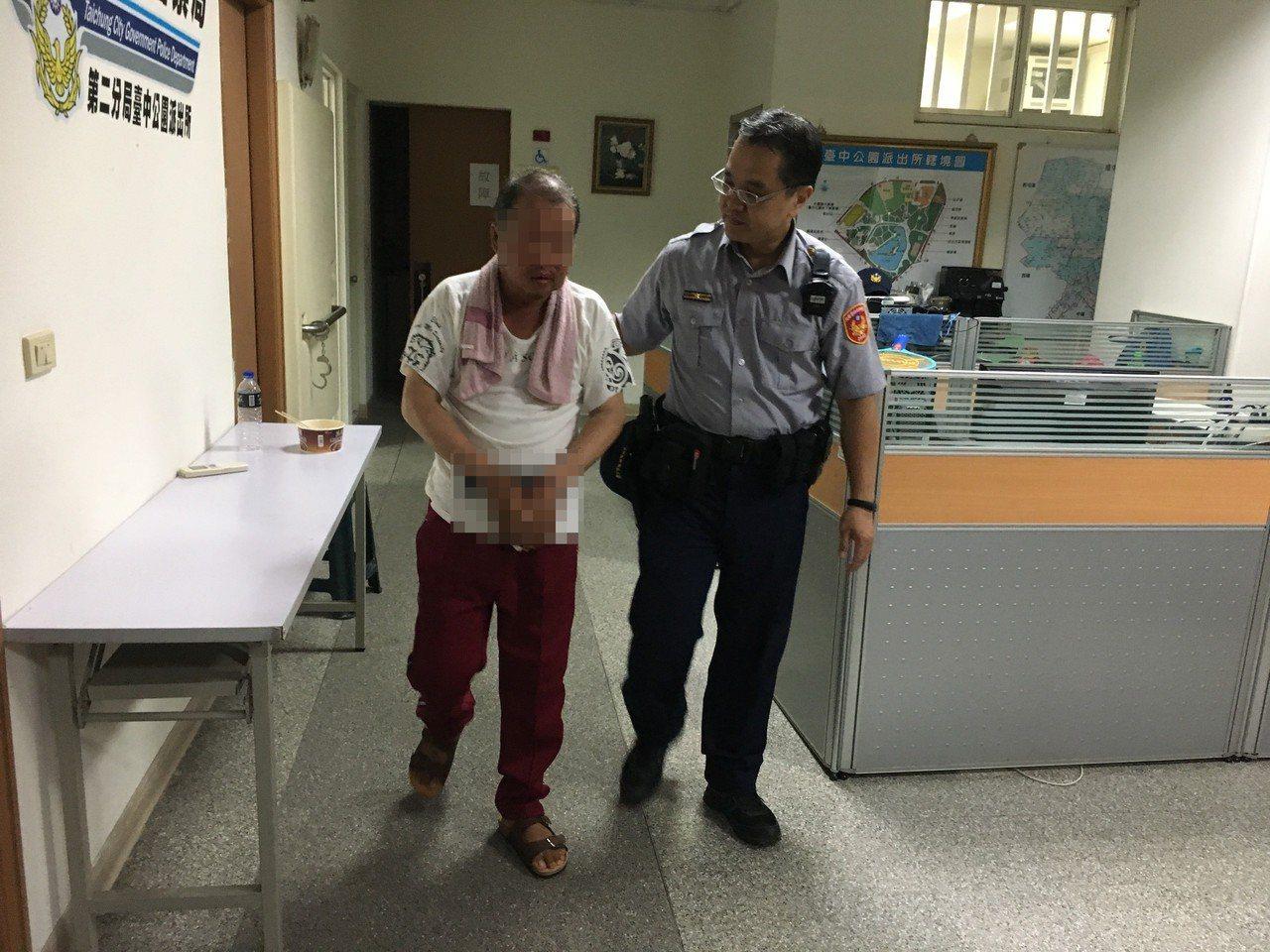 林男(左)去年5月遭通緝被女警余珮毓逮捕,今年甫遭通緝也被同一警員逮捕,林男反而...