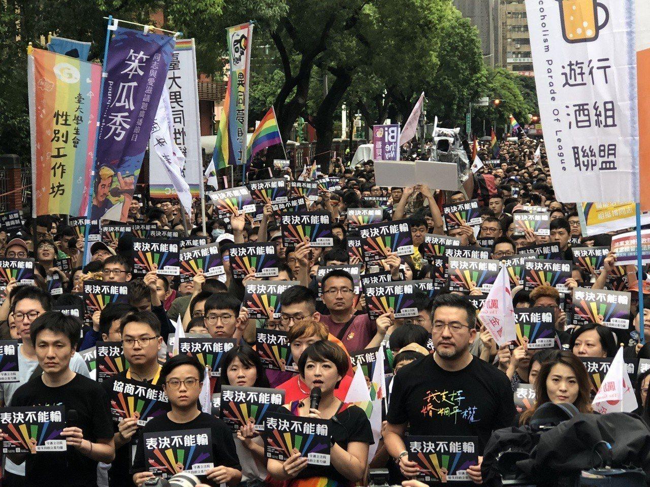 挺同人士在立法院周邊集結,主辦單位估計湧入近4萬人。記者何定照/攝影