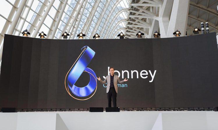 華碩董事長施崇棠於西班牙發表新一代ASUS ZenFone 6智慧型手機。圖/華...