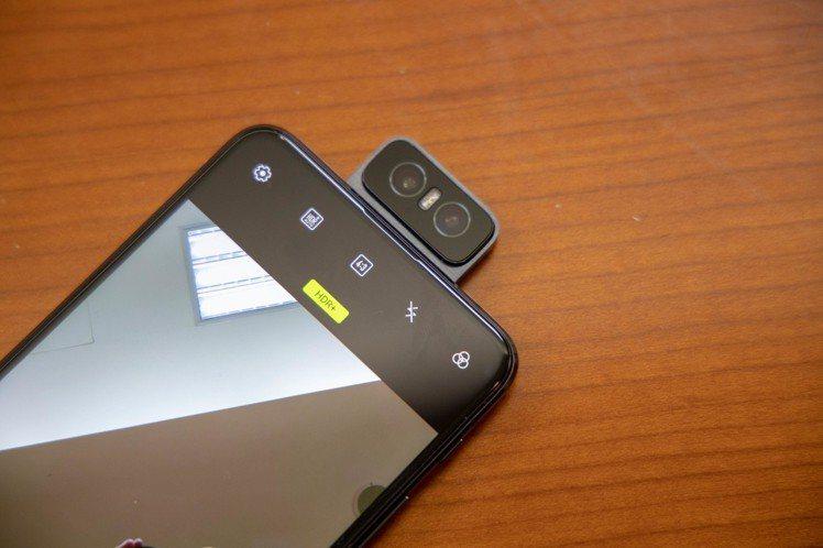 ASUS ZenFone 6搭載翻轉式相機,可180度翻轉,提供絕佳拍攝彈性。記...