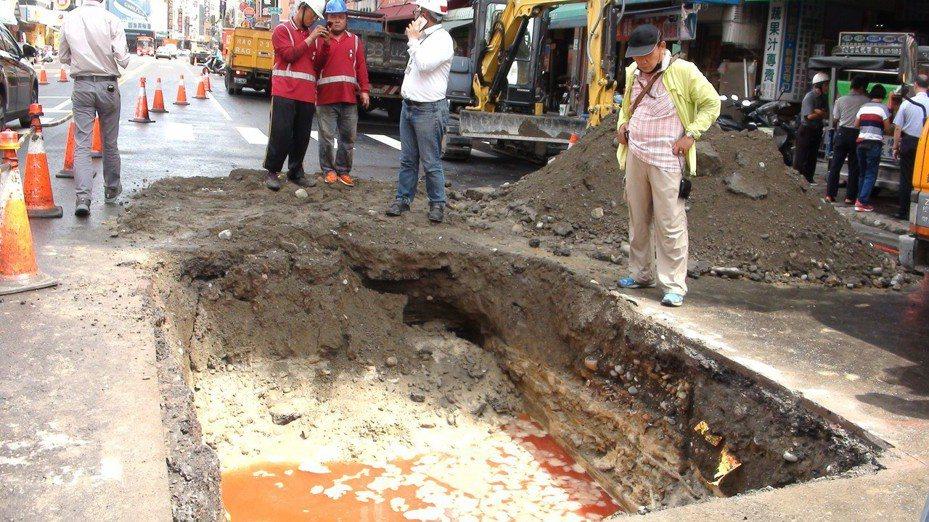 高雄市養護工程處今天上午到現場開挖,注入紅色色料水檢測,  初步研判是地底下有個不明的坑洞,才會導致剛鋪好的道路塌陷。記者謝梅芬/攝影