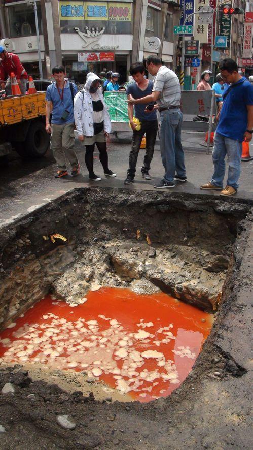 高雄市養護工程處今天上午到現場開挖,注入紅色色料水檢測, 初步研判是地底下有個...