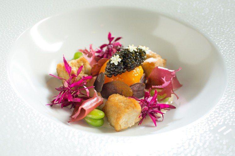 爐烤澳洲小牛胸腺、生蠔、蛋黃、奧賽加魚子醬。圖/台北文華東方酒店提供