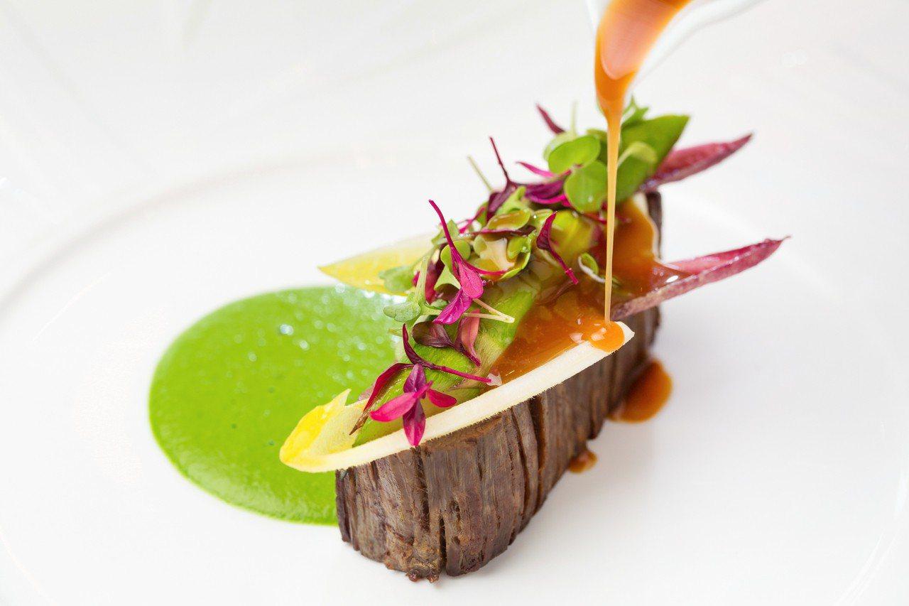 超值午間套餐「澳洲和牛腹脇肉、萵苣、白蘆筍」。圖/台北文華東方酒店提供