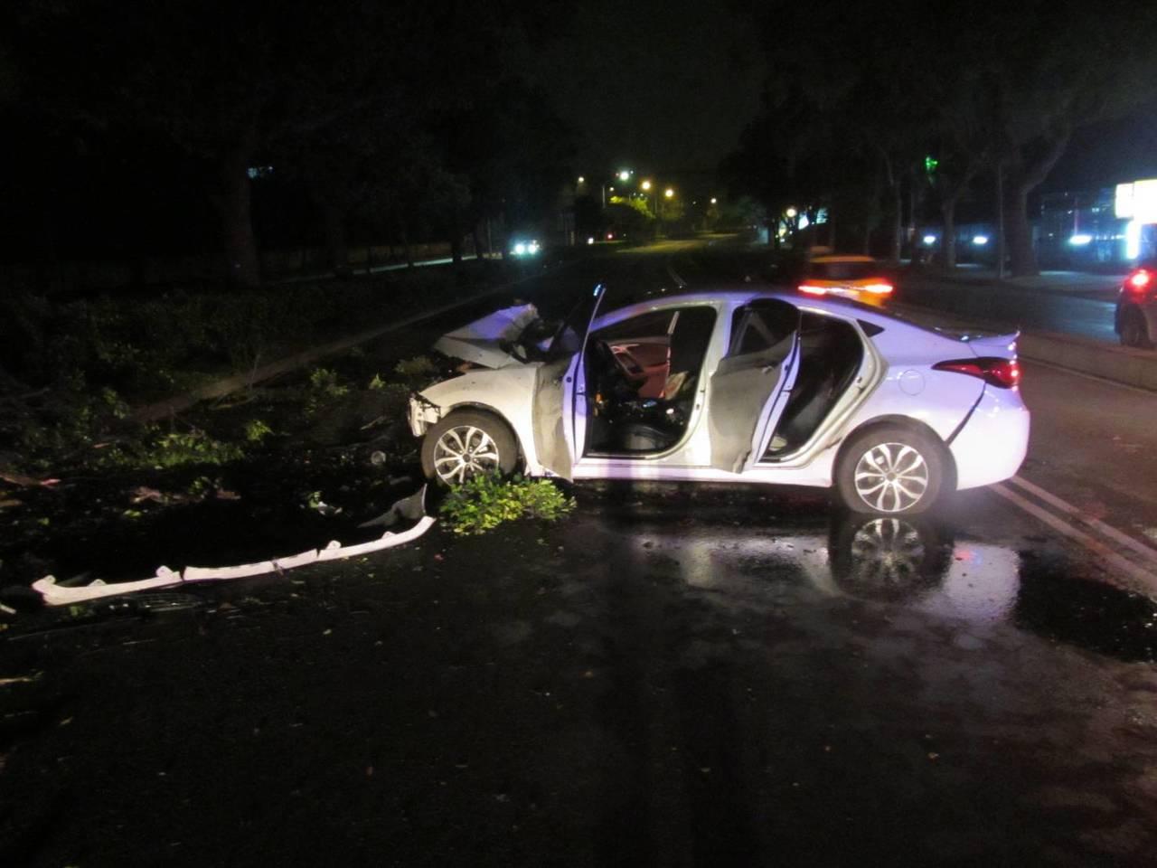 蘇男酒後駕車,自稱因閃避路面東西而自撞分隔島,車頭嚴重毀損。記者林佩均/翻攝
