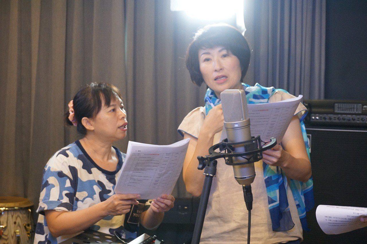 饒慶鈴在錄音室裡錄下台東在地7大原住民族群招呼語。記者尤聰光/攝影