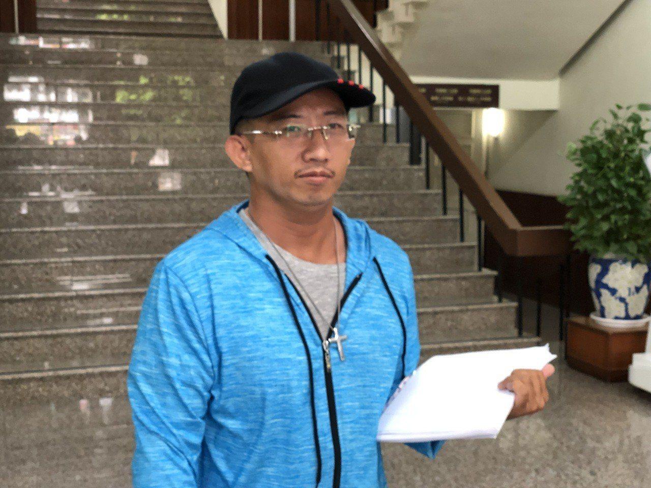 謝志宏神清氣爽出庭,現是汽車材料送貨員的他說,曬黑了,也變瘦了。記者邵心杰/攝影