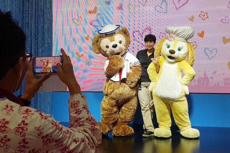 Duffy與Cookie不斷擺出各種可愛的姿勢,跟民眾一起合照。記者陳睿中/攝影