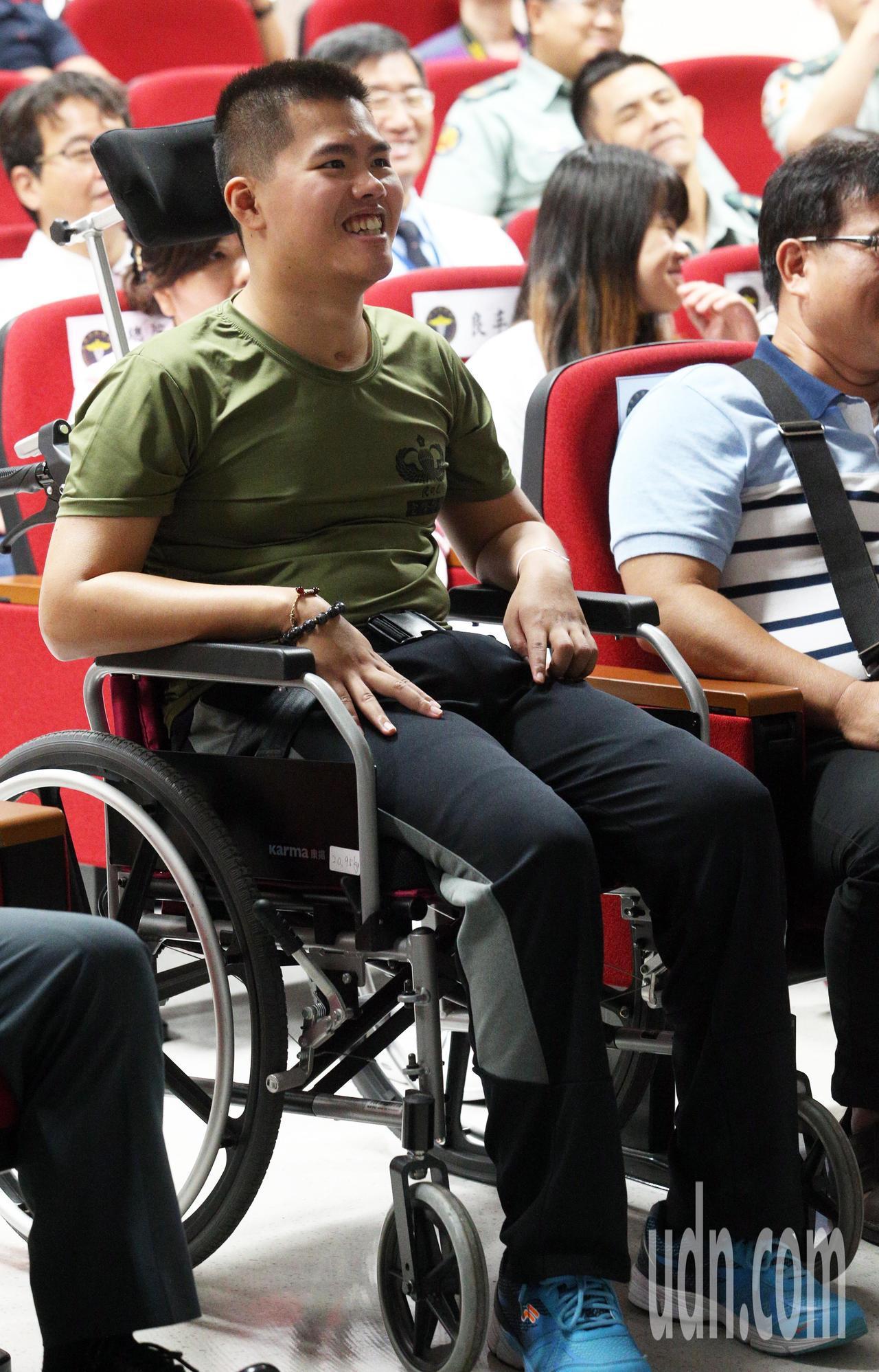 去年漢光演習跳傘從高空墜地受傷的26歲士兵秦良丰,經過治療後恢復情況良好,醫院今...