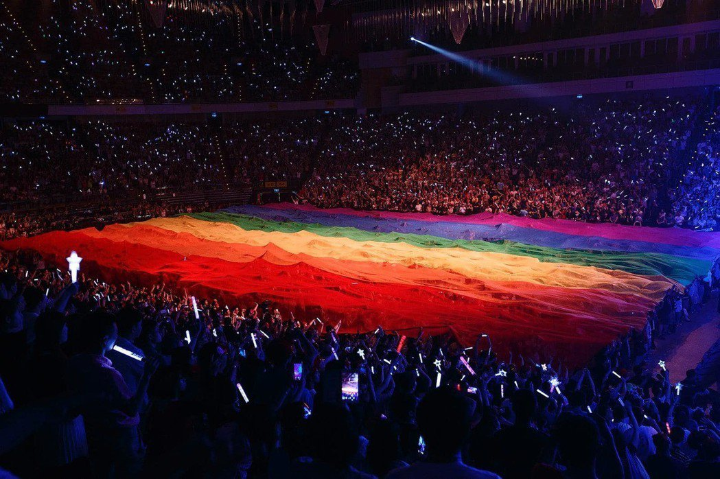 阿妹演唱會上的巨幅彩虹旗。圖/摘自臉書