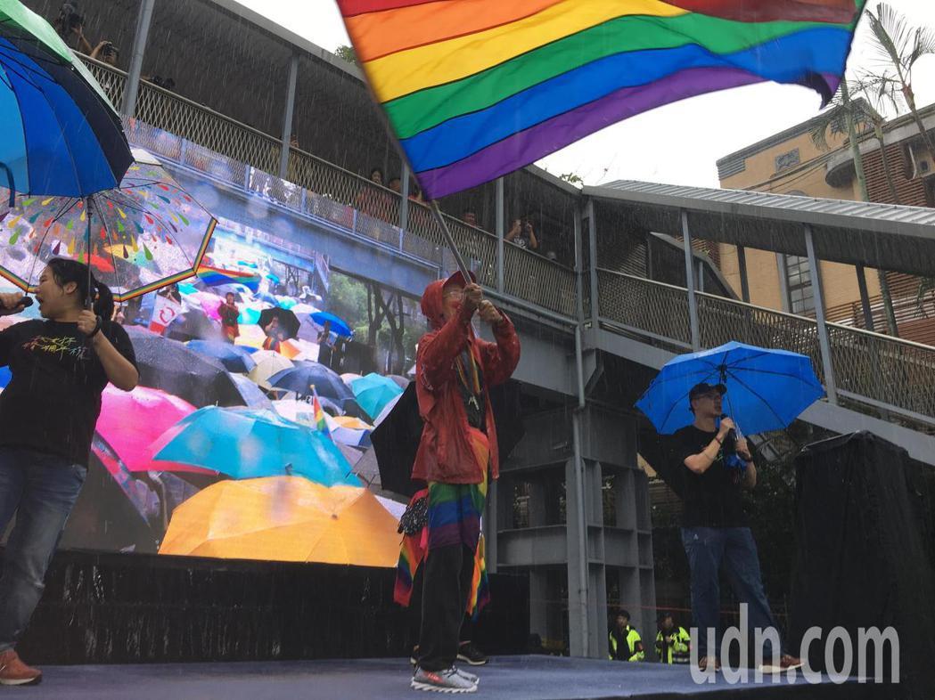 祁家威爭取同婚漫漫長路30餘年,在舞台上一貫地揮舞著他的彩虹旗。記者葉冠妤/攝影