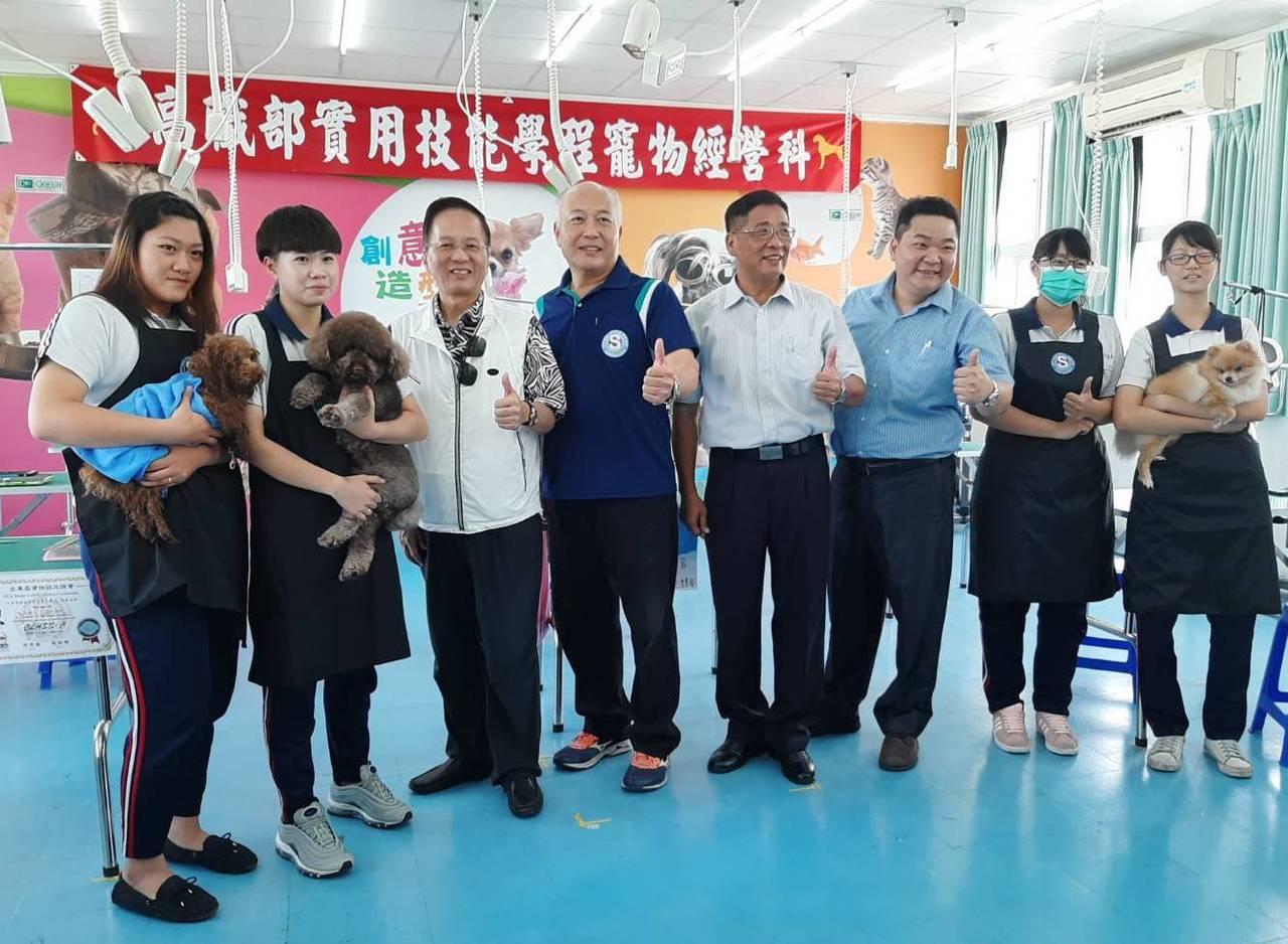 新光高中通過高雄市首座「專業丙級寵物美容檢定考場」。記者徐如宜/攝影